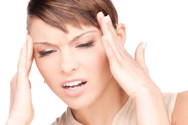 Image lumineuse d'une femme malheureuse sur blanc