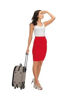 Image lumineuse d'une femme pensive avec une valise