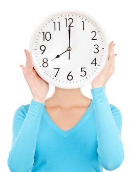Image lumineuse d'une femme tenant une grosse horloge