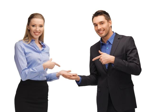 Image lumineuse d'un homme et d'une femme montrant quelque chose sur les paumes