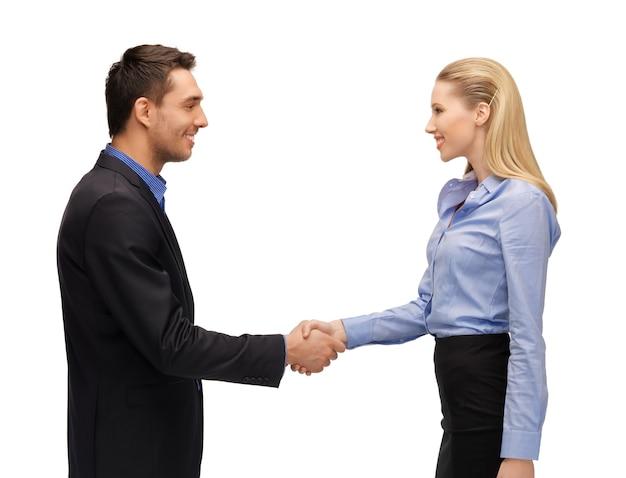 Image lumineuse d'un homme et d'une femme se serrant la main.