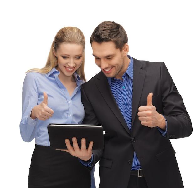 Image lumineuse de l'homme et de la femme avec tablet pc.