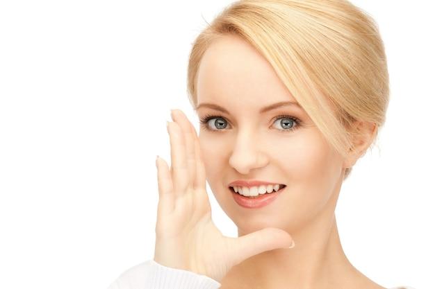 Image lumineuse d'une jeune femme chuchotant des potins