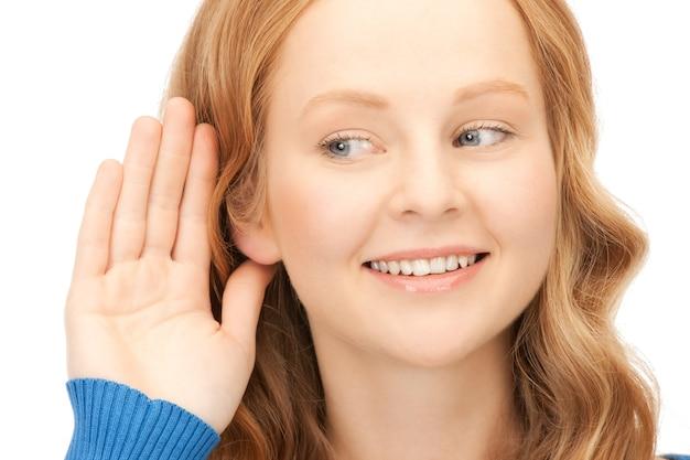 Image lumineuse d'une jeune femme écoutant des potins