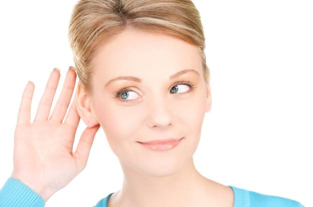 Image lumineuse de la jeune femme à l'écoute des potins