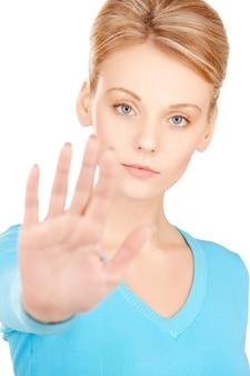 Image lumineuse d'une jeune femme faisant un geste d'arrêt..
