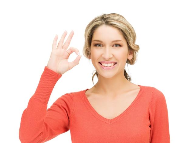 Image Lumineuse De La Jeune Femme Montrant Le Signe Ok Photo Premium