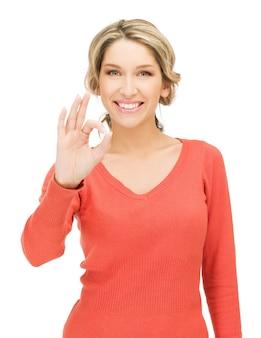 Image lumineuse de la jeune femme montrant le signe ok