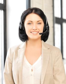 Image lumineuse d'une opératrice amicale de la ligne d'assistance téléphonique