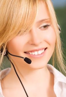 Image lumineuse d'une opératrice sympathique de la ligne d'assistance