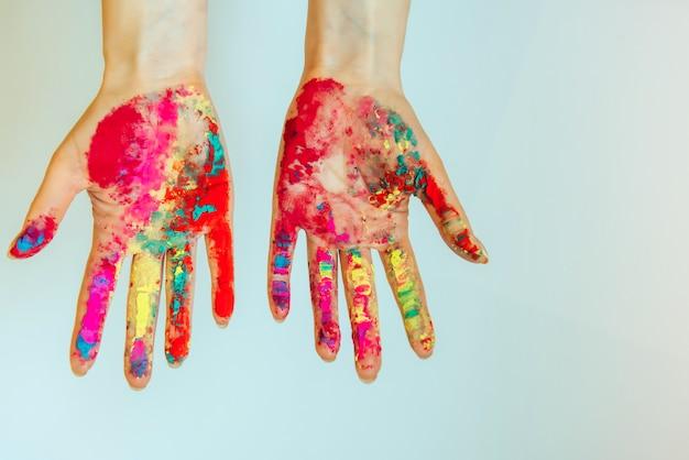 Image des mains des femmes, concept de holi, festival indien des couleurs.