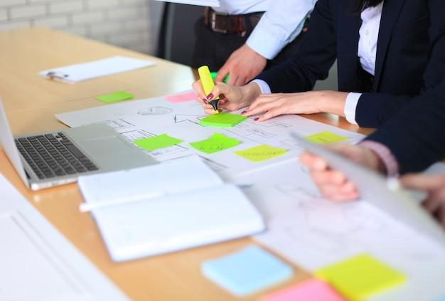 Image de mains d'hommes d'affaires travaillant avec des papiers lors d'une réunion