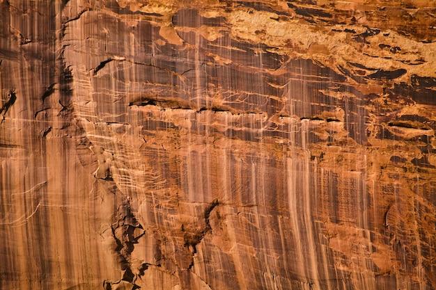 Image de marques verticales dans un grand mur de pierre rouge et orange