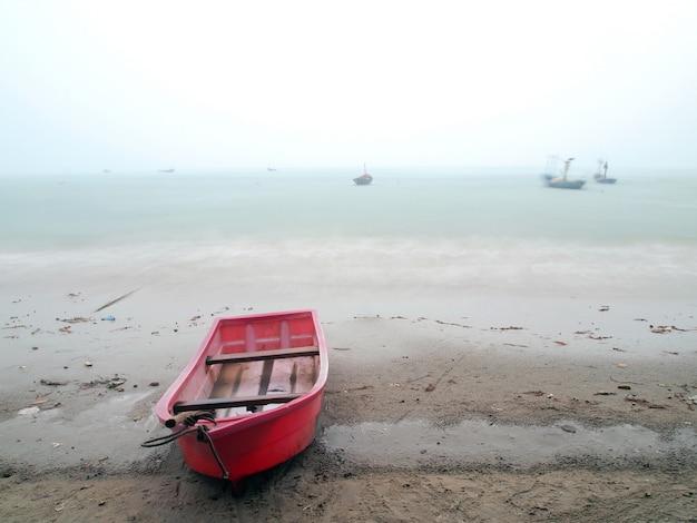 Image de mauvaise humeur d'une plage de l'océan orageux avec des vagues
