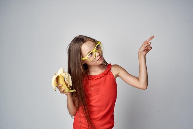 Image de mode élégante d'une petite écolière.