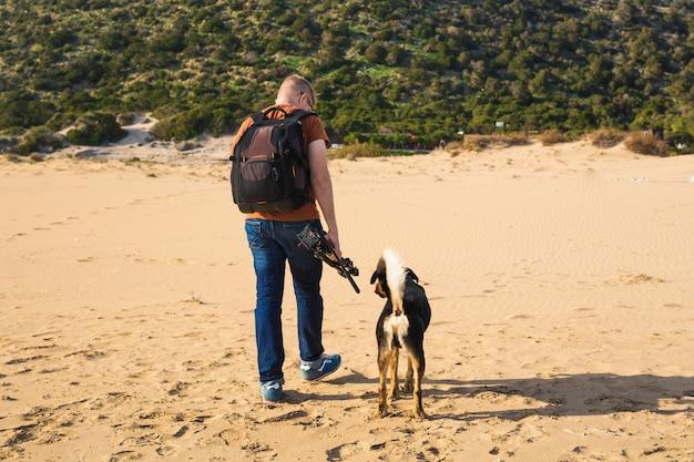 Image de mode de vie en plein air d'un homme voyageant avec un chien mignon. concept de tourisme et d'animaux de compagnie.