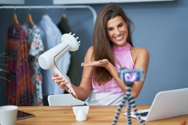 Image montrant un influenceur de vlogger de beauté enregistrant une vidéo de tutoriel en direct