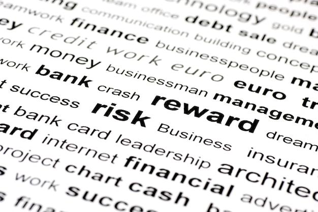 Une image de mots clés similaires mettant l'accent sur le risque et la récompense avec des mots environnants dans et hors de la mise au point