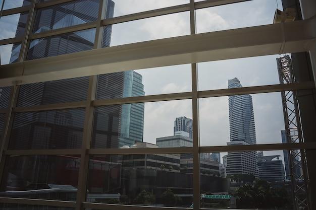 Image de mur de verre de réflexion dans l'immeuble de bureaux de morden