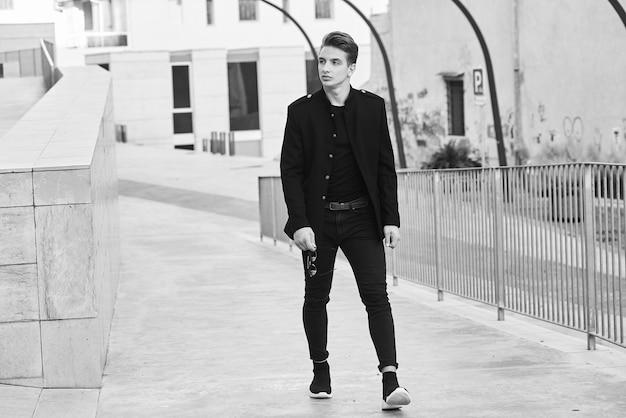 Image noir et blanc d'un bel homme