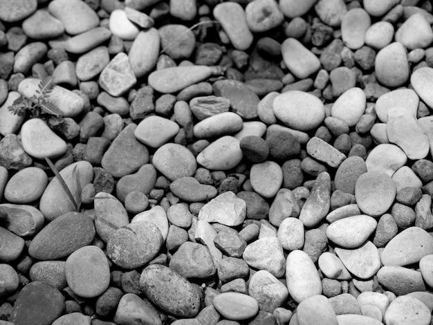 Image en noir et blanc de petits cailloux rocheux