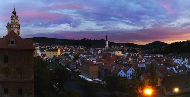 Image panoramique de la belle ville historique de cesky krumlov , désignée site du patrimoine mondial de l'unesco , au coucher du soleil , république tchèque