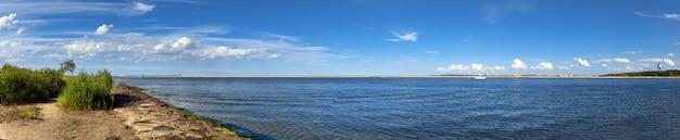 Image panoramique de l'embouchure de la rivière swina à swinoujscie, en pologne