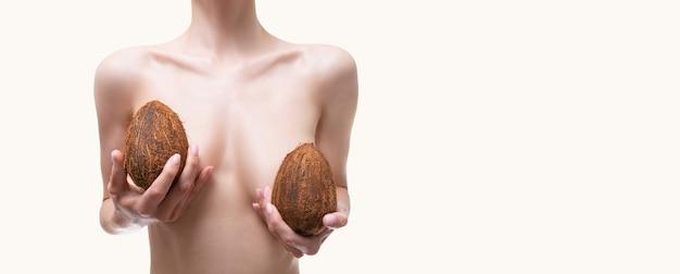 Image panoramique d'une femme avec des tresses dans les mains. concept d'augmentation mammaire. chirurgie plastique. technique mixte