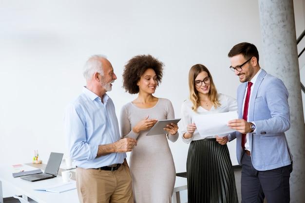 Image de partenaires commerciaux discutant de documents et d'idées