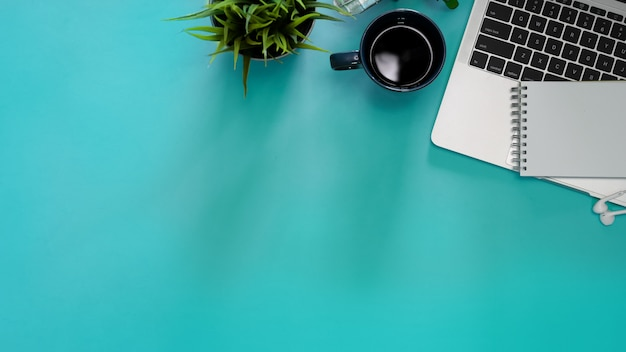 Image pastel de plat créatif de bureau et de fournitures de bureau