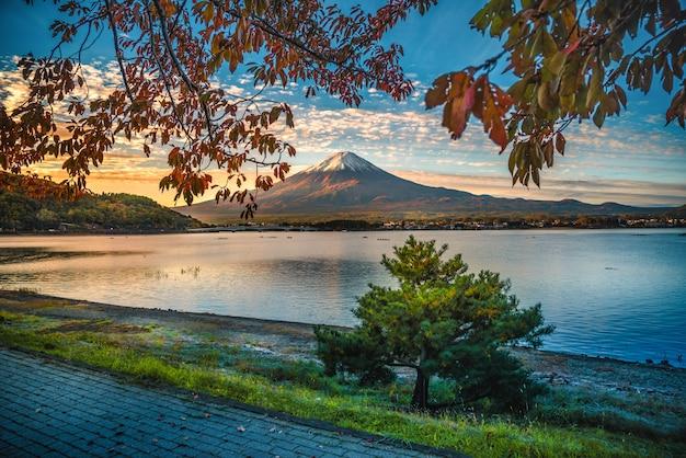 Image paysage du mont. fuji sur le lac kawaguchiko avec feuillage d'automne au lever du soleil