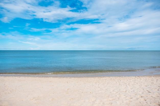 Image paysage de plage blanche tropicale avec fond bleu de la mer et du ciel