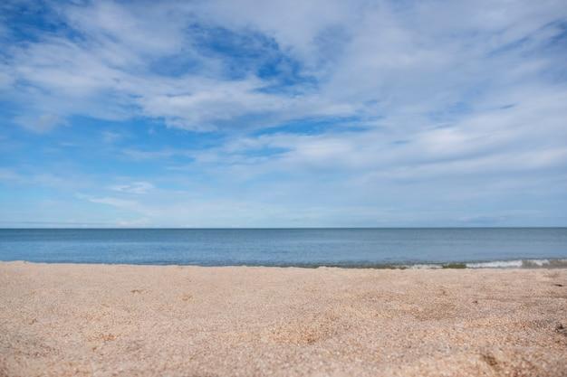 Image paysage de sable sur la plage tropicale avec fond bleu de la mer et du ciel