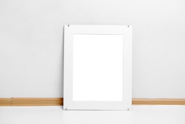 Image d'une peinture de scène de maquette de cadre blanc fleuri