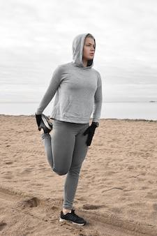 Image pleine longueur verticale de jeune femme de race blanche concentrée