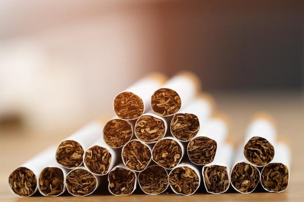 Image de plusieurs cigarettes de fabrication commerciale. pile pile de cigarettes sur bois. ou concept de campagne non fumeur, tabac