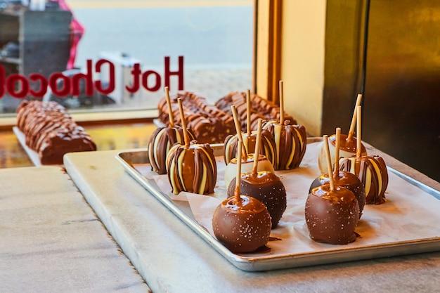 Image de pommes au caramel maison recouvertes de chocolat au magasin de chocolat frais
