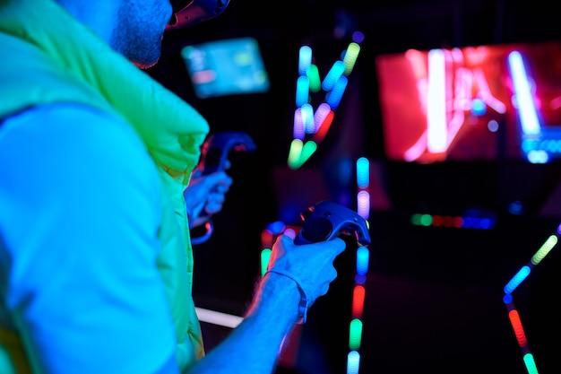 Image recadrée de beau jeune homme avec des lunettes de réalité virtuelle. vr, jeux, divertissement, futur concept technologique.