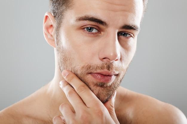 Image recadrée d'un bel homme barbu
