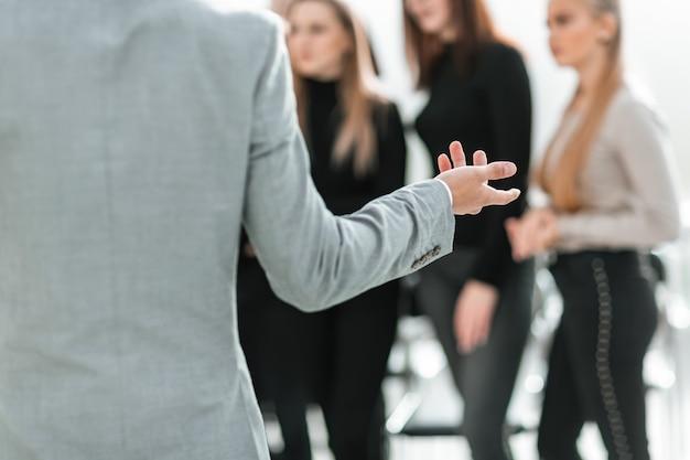 Image recadrée d'un conférencier faisant une présentation lors d'un séminaire. affaires et éducation
