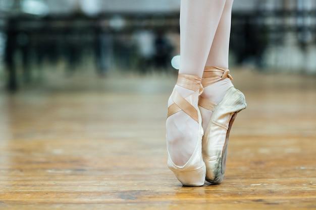 Image recadrée d'une danseuse de ballet debout sur les orteils