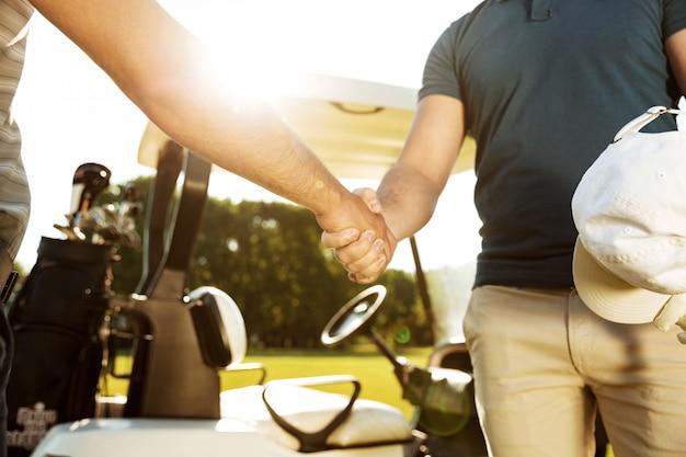 Image recadrée de deux hommes se serrant la main