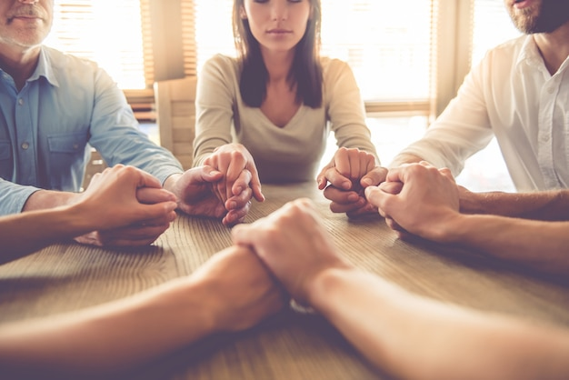 Image recadrée de l'équipe de la belle entreprise tenant par la main.