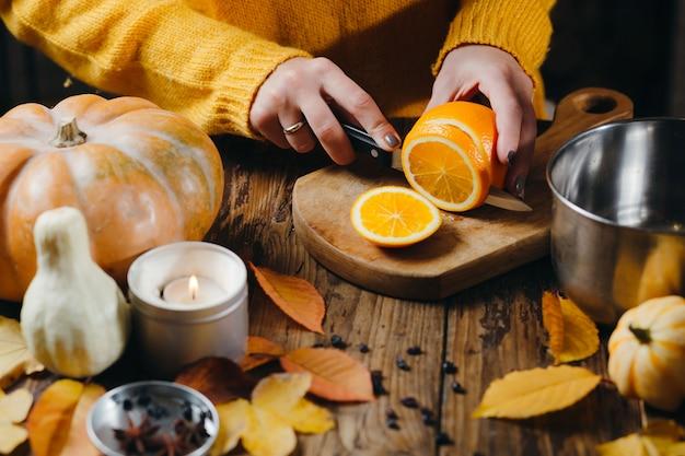 Image recadrée de femme coupant des fruits pour gagner chaud