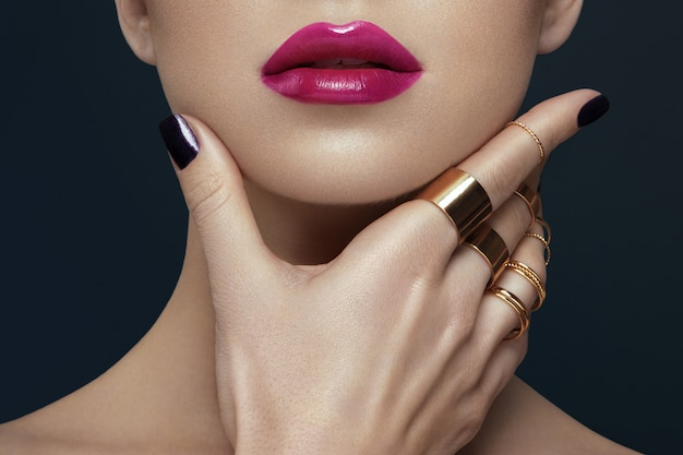 Image recadrée de femme, maquillage des lèvres et concept d'ongle.