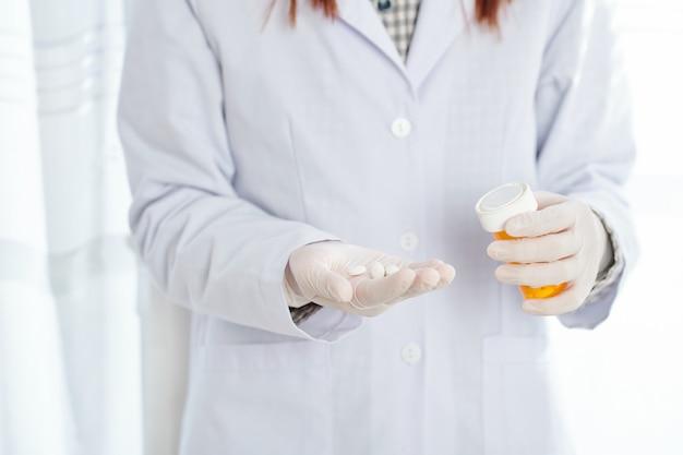 Image recadrée d'une femme médecin offrant des pilules
