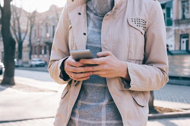 Image recadrée d'une femme tenant un téléphone portable