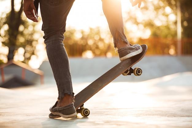 Image recadrée d'un garçon de patineur pratiquant