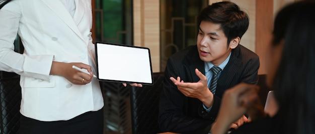 Image recadrée d'hommes d'affaires travaillent ensemble à la table de réunion.