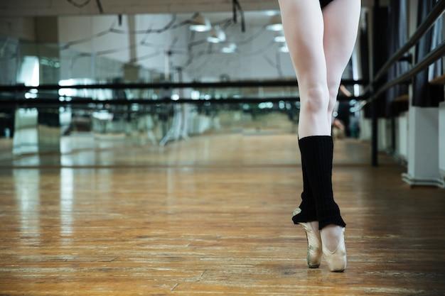 Image recadrée de jambes ballerine gracieuse dans la salle de sport